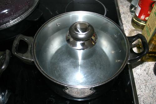 68 - Topf mit Wasser aufsetzen / Bring pot with water to a boil