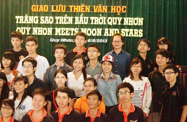 Tiến sĩ Nguyễn Trọng Hiền đang trao đổi với các em học sinh tại chương trình quan sát buổi tối. Ảnh: HAAC.