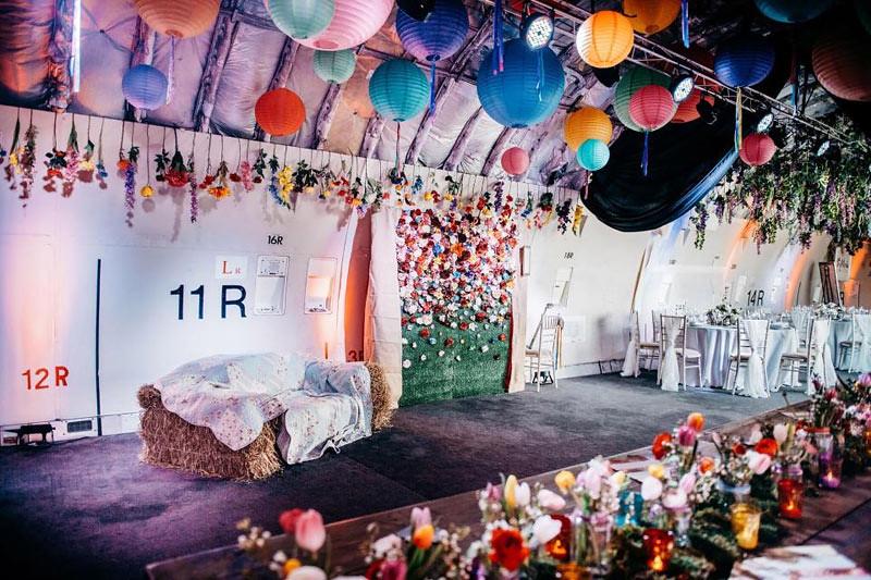 Ruangan kabin dalam pesawat Boeing 747 bisa dijadikan area pesta pernikahan.