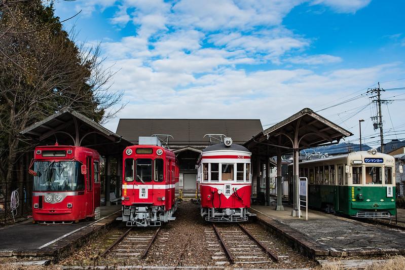 旧名鉄美濃駅に並ぶ名鉄の車両