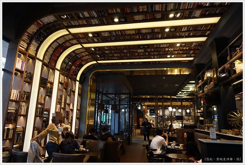 卡啡那CAFFAINA 大墩店-5-1-店內裝潢書牆