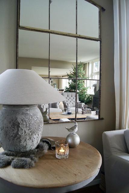 Spiegelwand wijntafel en kruiklamp