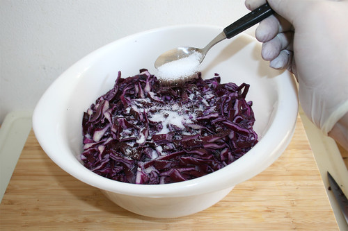33 - Geschnittenen Rotkohl mit Salz & Zucker bestreuen / Dredge sliced red cabbage with salt & sugar