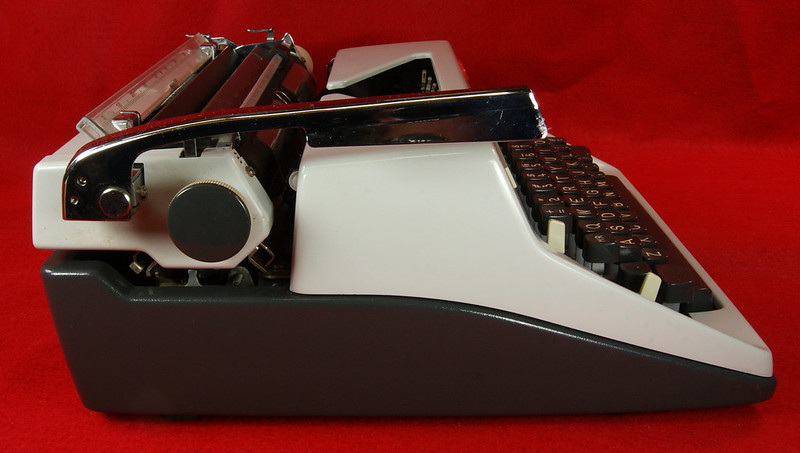 RD18946 1969 Olympia SM9 De Luxe Portable Typewriter with Hard Shell Case & Manual SN 3933039 DSC00017