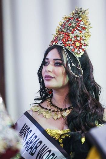 104232-ملكة-بالملابس-الرسمية