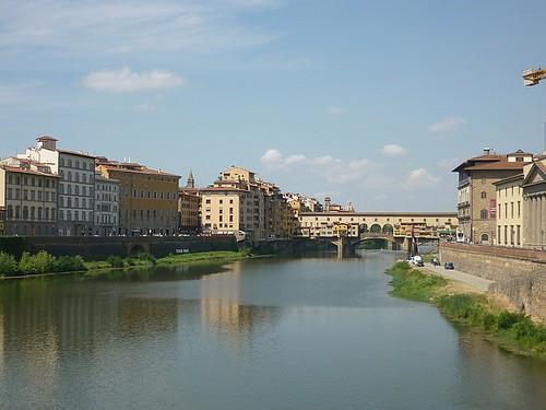 Brenta mit Holzbrücke in Bassano del Grappa oder Ponte Vecchio Florence