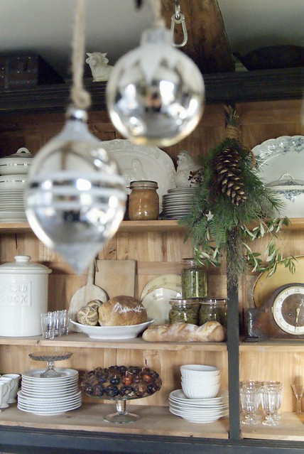 Glazen kersthanger open keukenkast serviesgoed