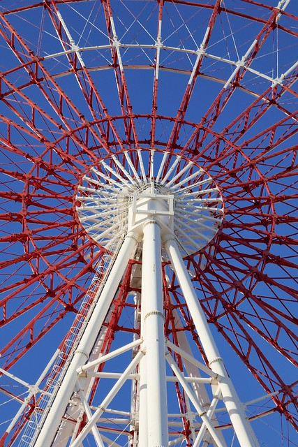 "Ferris wheel_Odaiba palette town_(2017_12_17)_1_resized_1 ""パレットタウン大観覧車"" の支柱と車輪部分を撮影した写真。 鉄骨が赤色と白色に塗り分けられている。"