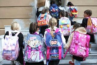 15/9/03 genova. 1 giorno di scuola per molte delle scuole genovesi. Le prime della scuola giovanni XXIII mentre entrano..- foto luca zennaro/ansa -