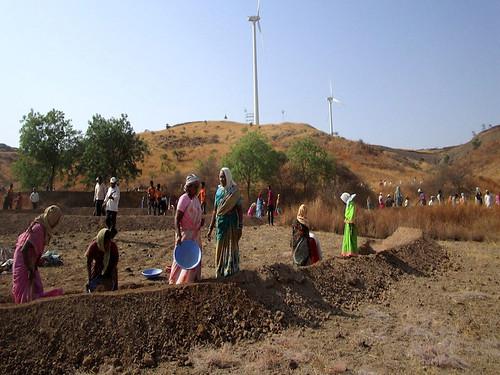 बारिश के पानी को सहेजने के लिये श्रमदान करते ग्रामीण