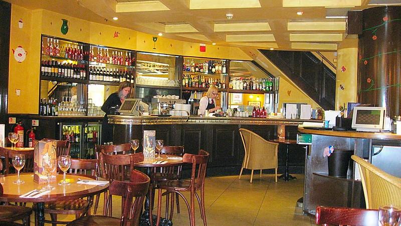 London pubs people food atmosphere