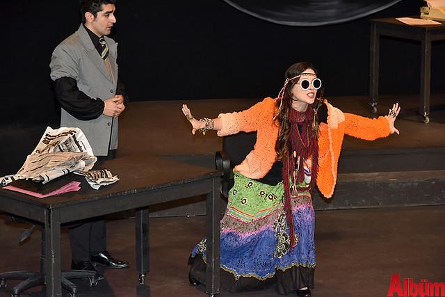 Alanya Belediye Tiyatrosu, Türk tiyatrosunun başyapıtlarından 'Gözlerimi Kaparım Vazifemi Yaparım' oyununu seyirciyle buluşturdu. -5