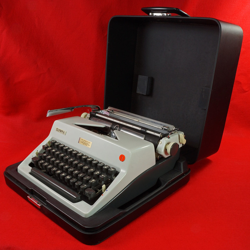 RD18946 1969 Olympia SM9 De Luxe Portable Typewriter with Hard Shell Case & Manual SN 3933039 DSC03198