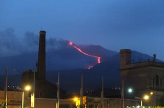 Riposto e L'Etna in eruzione