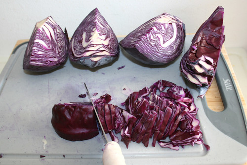 26 - Rotkohl in schmale Streifen schneiden / Cut red cabbage in small stripes