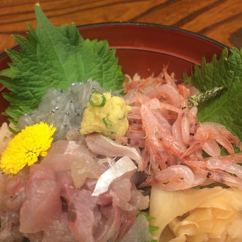 ぬまづ丼いただきます。生しらす、生桜えび、あじ。ご飯はあじの干物のまぜごはん。いやあ、美味かった。。 #lunch