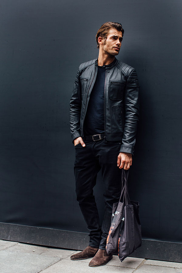 黒シングルライダース×黒無地Tシャツ×黒パンツ×ブラウンスエードブーツ