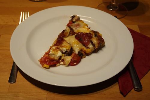 Scharfe Salami-Champignon-Eckeder Raclettereste-Pizza