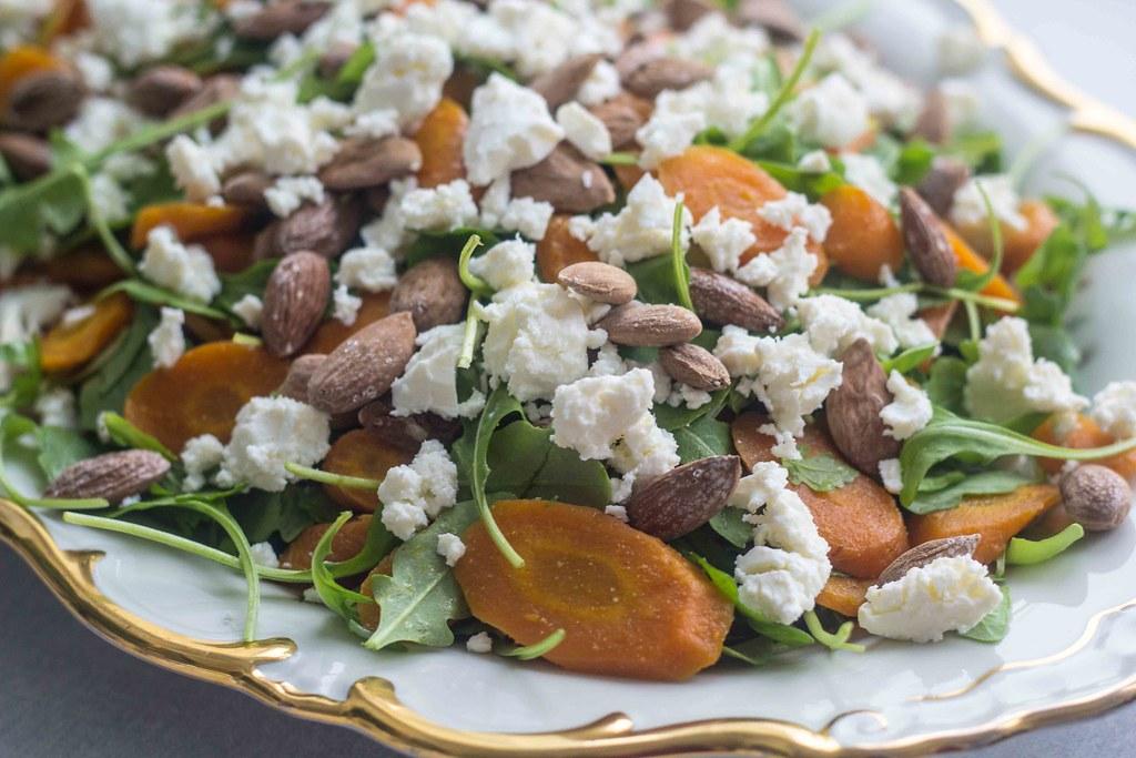 Salat med bagte gulerødder og saltmandler