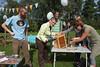 Wethouder Leidy van der Aalst kwam ook nog een schroefje vastdraaien. Foto door Henk Baron. www.henkbaron.nl