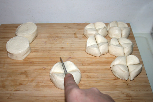 05 - Brötchenrohlinge vierteln / Quarter bun dough