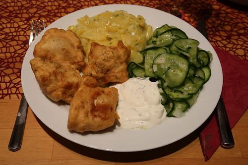 Backfisch mit Joghurt-Dip zu Kartoffelsalat und Gurkensalat