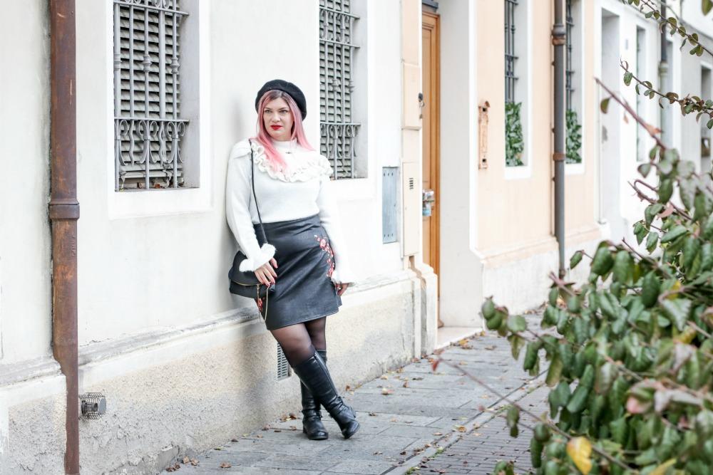 Outfit plus size rosso bianco e nero, maglione con balze e gonna ricamata (8)