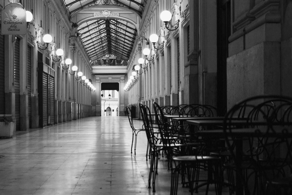 Café dans un passage couvert du centre ville de Turin.