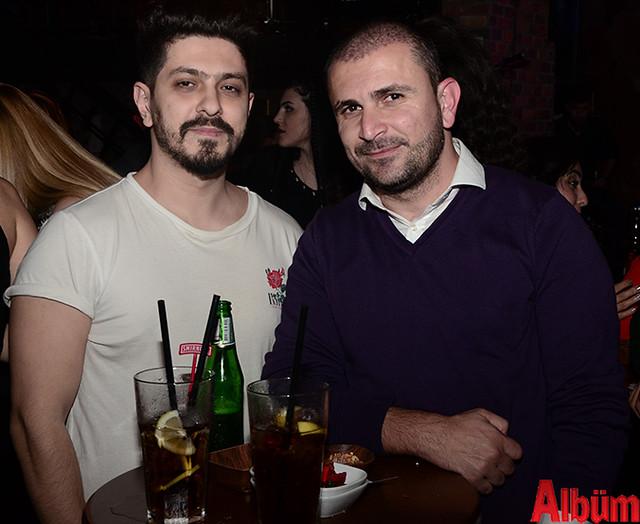 Serkan Sönmez ve arkadaşı Albüm için poz verdi.