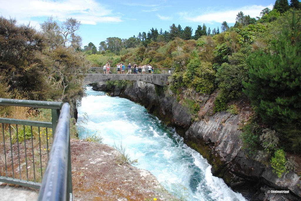 Ihmisiä sillalla Huka Fallsin yllä, Taupo, Uusi-Seelanti