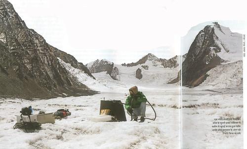 एक ग्लेशिओलॉजिस्ट हिमाचल प्रदेश के सुतरी ढाका ग्लेशियर में मशीन से खुदाई करता हुआ ताकि इनके अंदर तापमान के अंतर को रिकॉर्ड किया जा सके