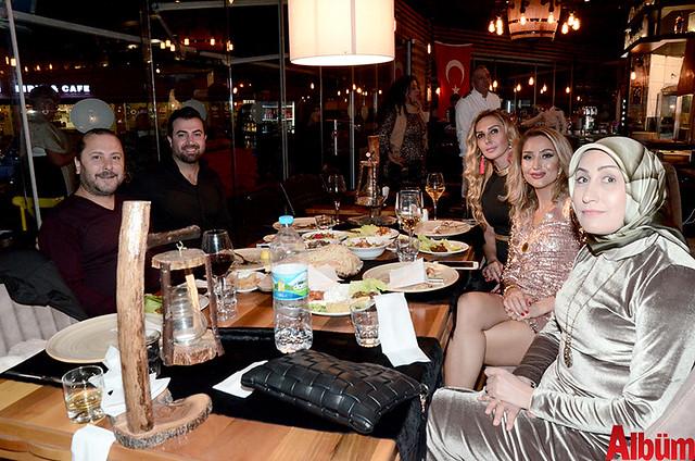 Mesna Yüzalan ile eşi Derman Yüzalan'ın misafirleri Yusuf Açlan ve ailesiyle Albüm için poz verdi