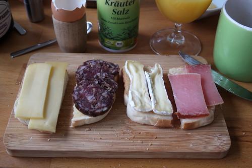 Käsereste (vom Raclette) sowie Mettwurst und Schinken (vom Adventsbasar in Herne) auf Toast