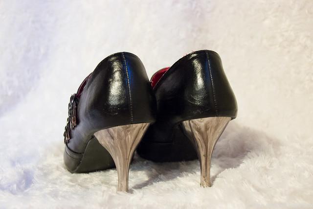 Metallinväriset korot kengissä