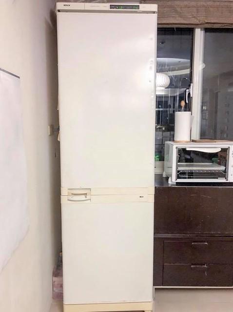 【手帖365】BOSCH冰箱 為何要寫這台冰箱呢?因為它即將於明日掛上熄燈號,為咱家全年無休服務18年的冰箱人生劃上句點。它不愧為德國貨,堅固耐用又兼具設計美型!悲傷的是它其實沒壞,只是門整個磨損無法使用,而且也再也沒有零件可維修,所以內裝雖然完好,但是門無法開闔還是沒輒。 值得一提的是它雪白細長的外型以及簡潔俐落的設計,仍舊是我心目中冰箱界的奧黛麗赫本! 如果硬要說它有什麼缺點的話,就是得手動除霜了吧(笑)。一到夏天就得剷霜的日子也要走入歷史了,赫本,下輩子投胎個好品牌,再來我們家吧(揮手)! #生活手