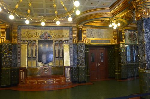 Gold verziert ist der Eingang zum großen Saal in der Musikakademie