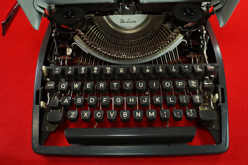RD18946 1969 Olympia SM9 De Luxe Portable Typewriter with Hard Shell Case & Manual SN 3933039 DSC03205