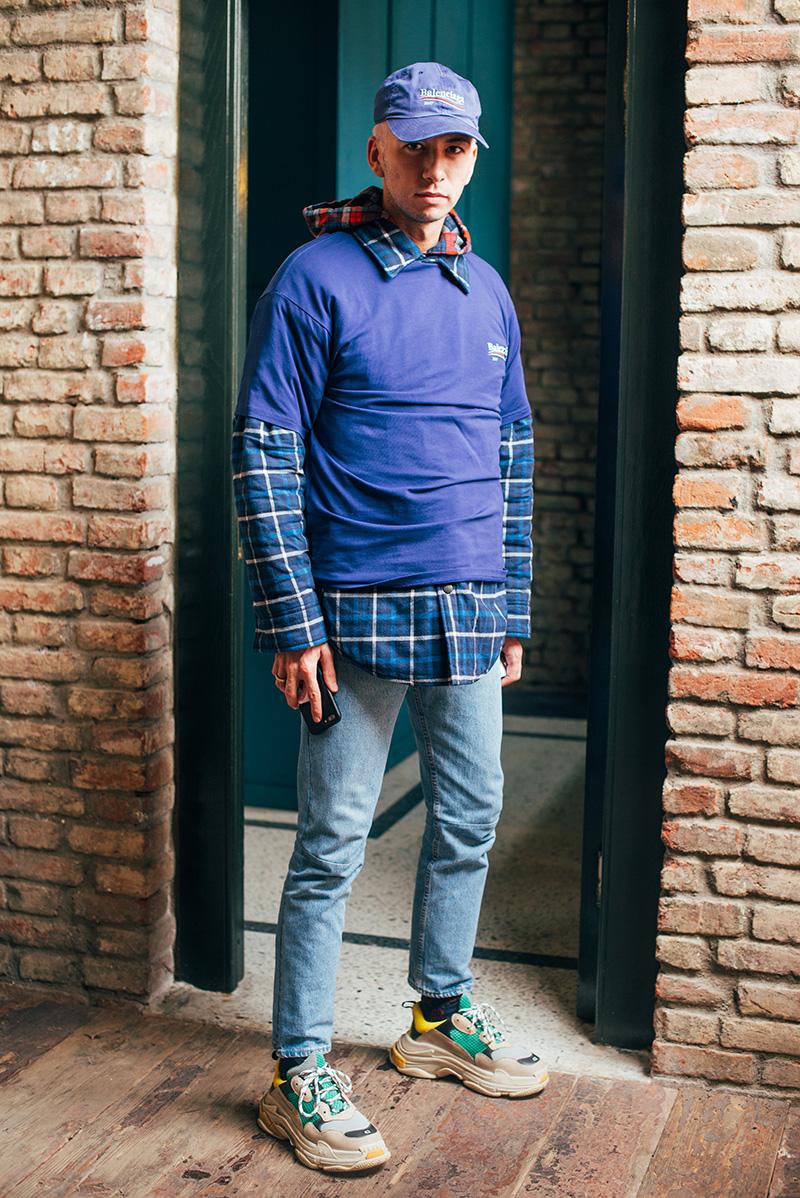 ネイビーバレンシアガキャップ×チェックシャツ×バレンシアガTシャツ×ジーンズ×バレンシアガ Triple S