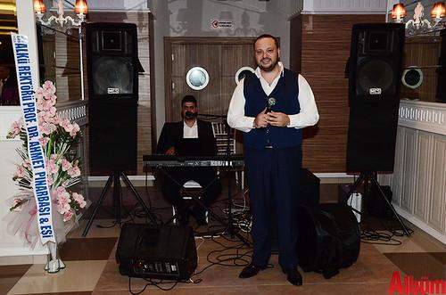 Alanya'nın sevilen müzisyenlerinden İzzet Keskin seslendirdiği parçalarla geceye renk kattı.
