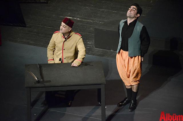 Alanya Belediye Tiyatrosu, Türk tiyatrosunun başyapıtlarından 'Gözlerimi Kaparım Vazifemi Yaparım' oyununu seyirciyle buluşturdu. -9