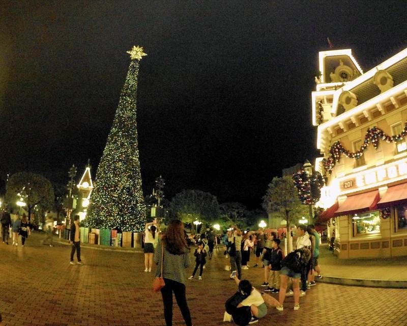 Hong Kong Disneyland Christmas tree | www.wearejuanderers.com