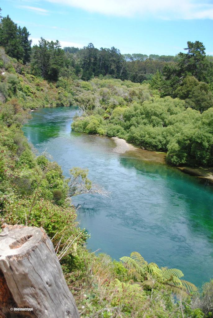Jokimaisema kävelyreitin varrelta kuvattuna, Huka Falls, Uusi-Seelanti