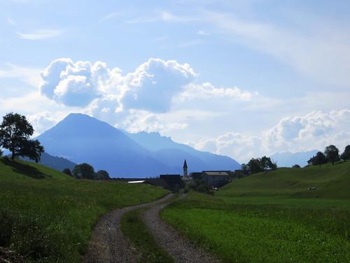 20170615 05 074 Jakobus Wolken Berge Wald Bäume Wiese Weg Kirche Turm