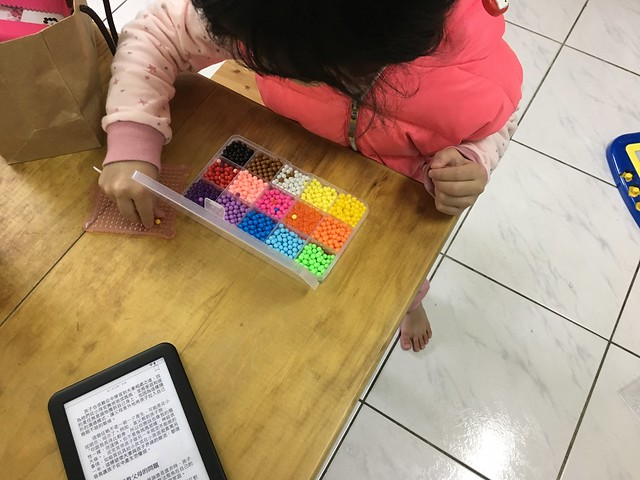 可以自己小小玩一下讓媽媽看幾頁書