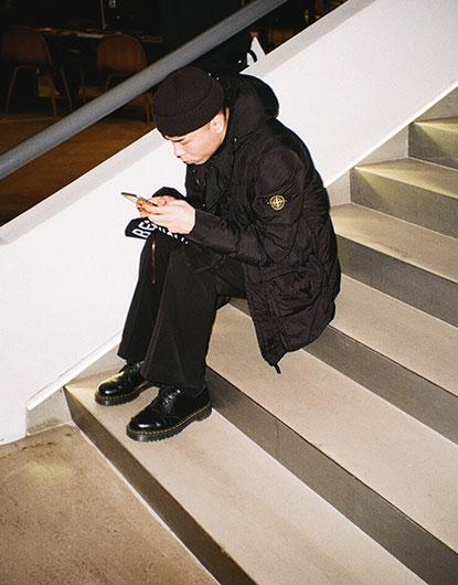 黒ワッチキャップ×ストーンアイランド黒ダウンジャケット×黒パンツ×ドクターマーチン黒ローカットブーツ