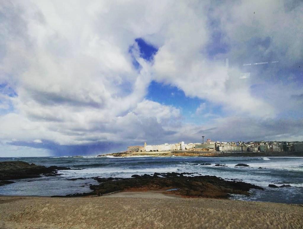 Comiendo con vistas. Oleaje y un chubasco al fondo. #Coruña #riazor #nubes #mar