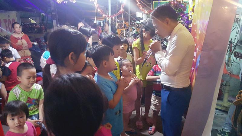 Hội Thánh Sài gòn truyền giảng tại quận Bình Tận. Có khoảng 40 người tham dự, có khoảng 10 em nhỏ tiếp nhận Chúa (3)