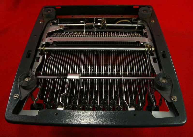 RD18946 1969 Olympia SM9 De Luxe Portable Typewriter with Hard Shell Case & Manual SN 3933039 DSC00020