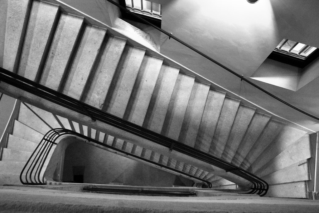 Escalier de la prison de Lyon devenu Université catholique dans le quartier de Perrache.