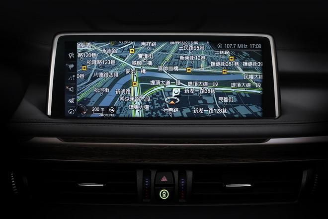 [新聞照片三] BMW X5 xDrive35i榮耀典藏版標準配備 - BMW智能衛星導航系統